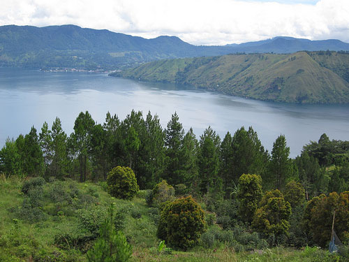 http://allindonesiatravel.com/images/lake-toba-sumatra-indonesia-mountain-view.jpg