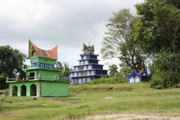Lake Toba, Tombs